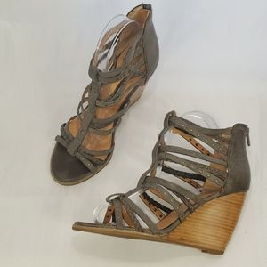 CROWN VINTAGE WEDGE STRAPPY SANDALS TAUPE EUC
